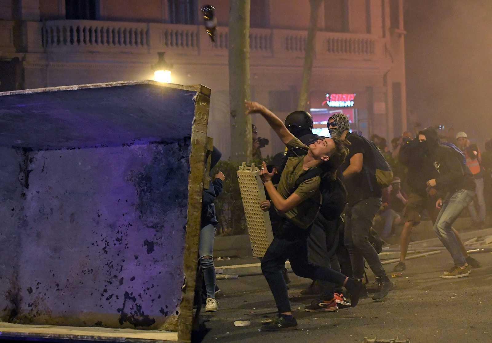 Els concentrats llancen objectes contra la policia