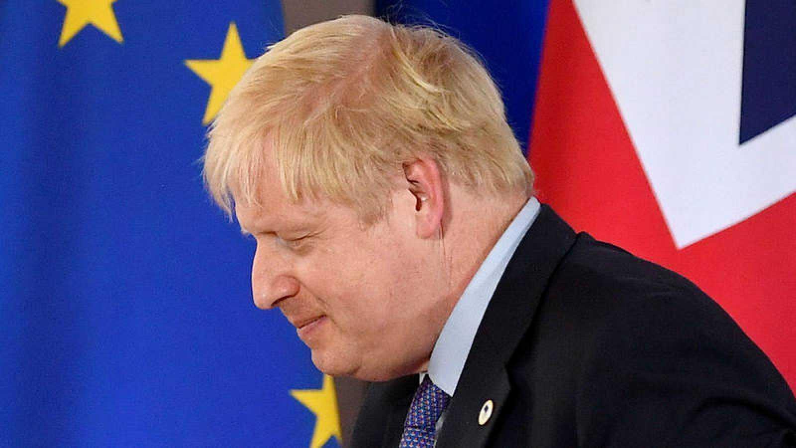 El primer ministro británico Boris Johnson con las banderas de  la Unión Europea y Reino Unido de fondo