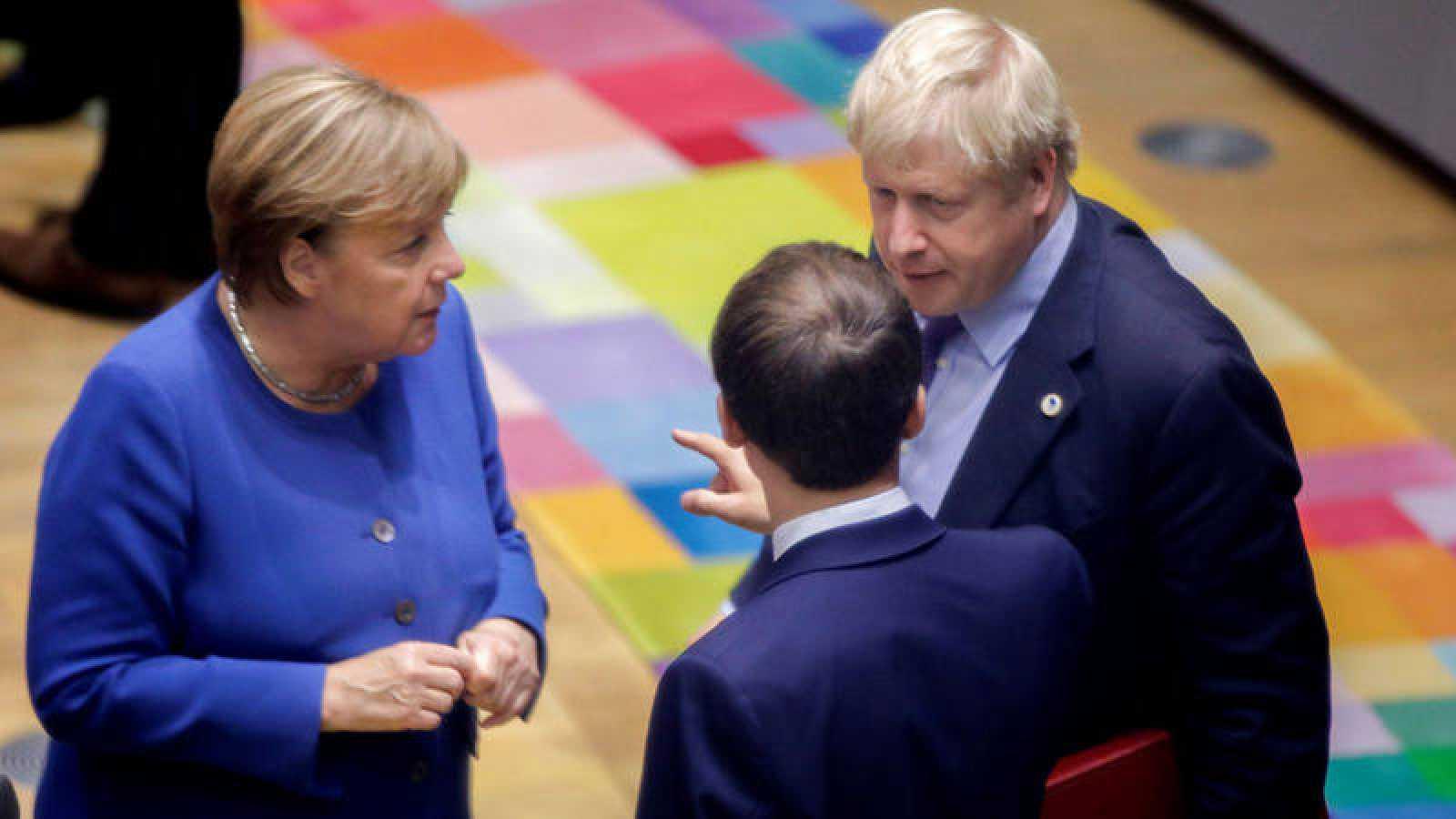 El presidente francés, Emmanuel Macron, la canciller Angela Merkel y el primer ministro Boris Johnson durante una reunión en Bruselas