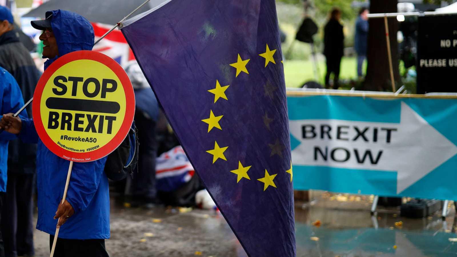 Partidarios y detractores se manifiestan en Westminster en la víspera de la votación del acuerdo del 'Brexit'