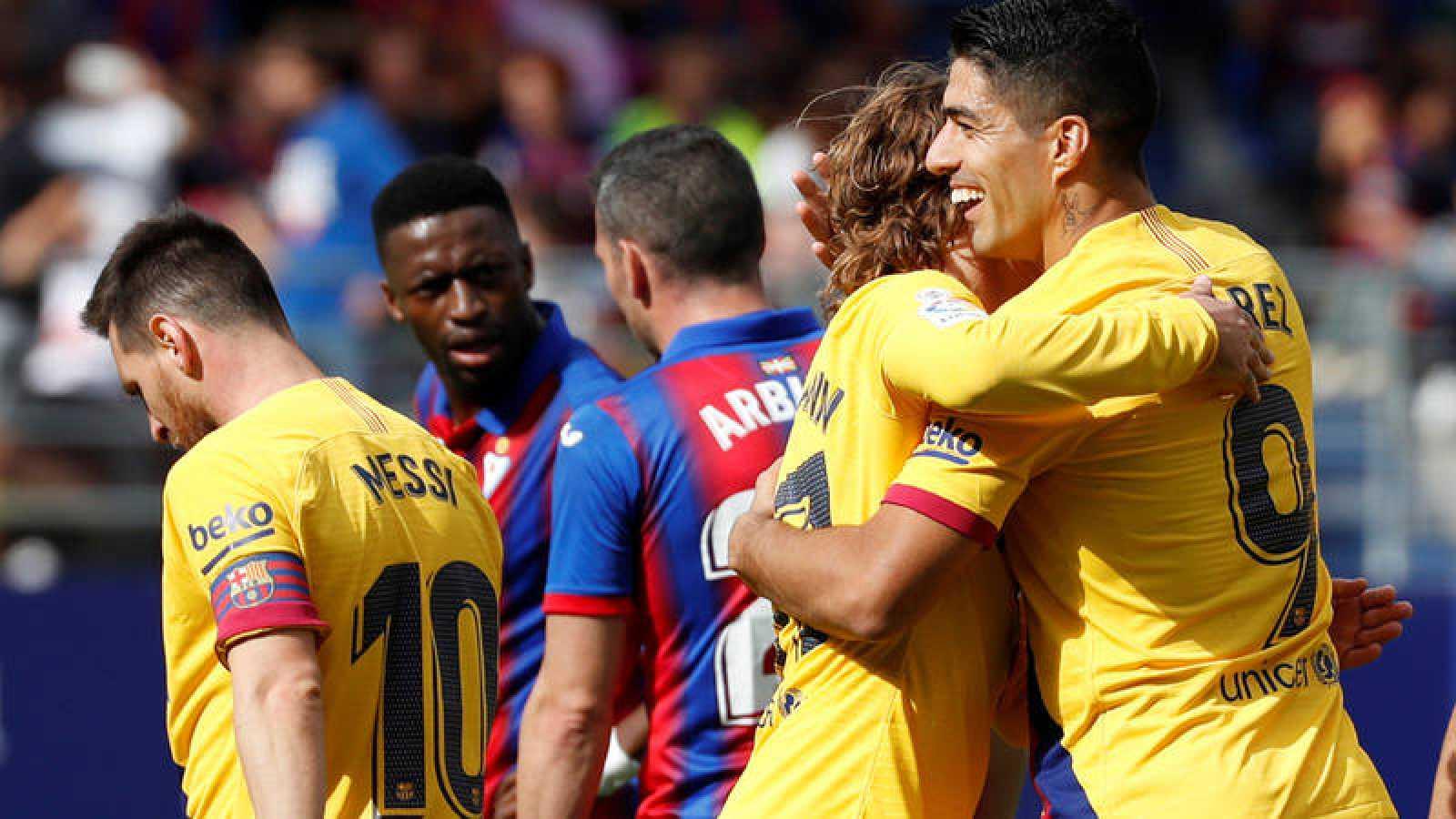 Lionel Messi (i) y Antoine Griezmann (c) celebran el gol de Luis Suárez (d)