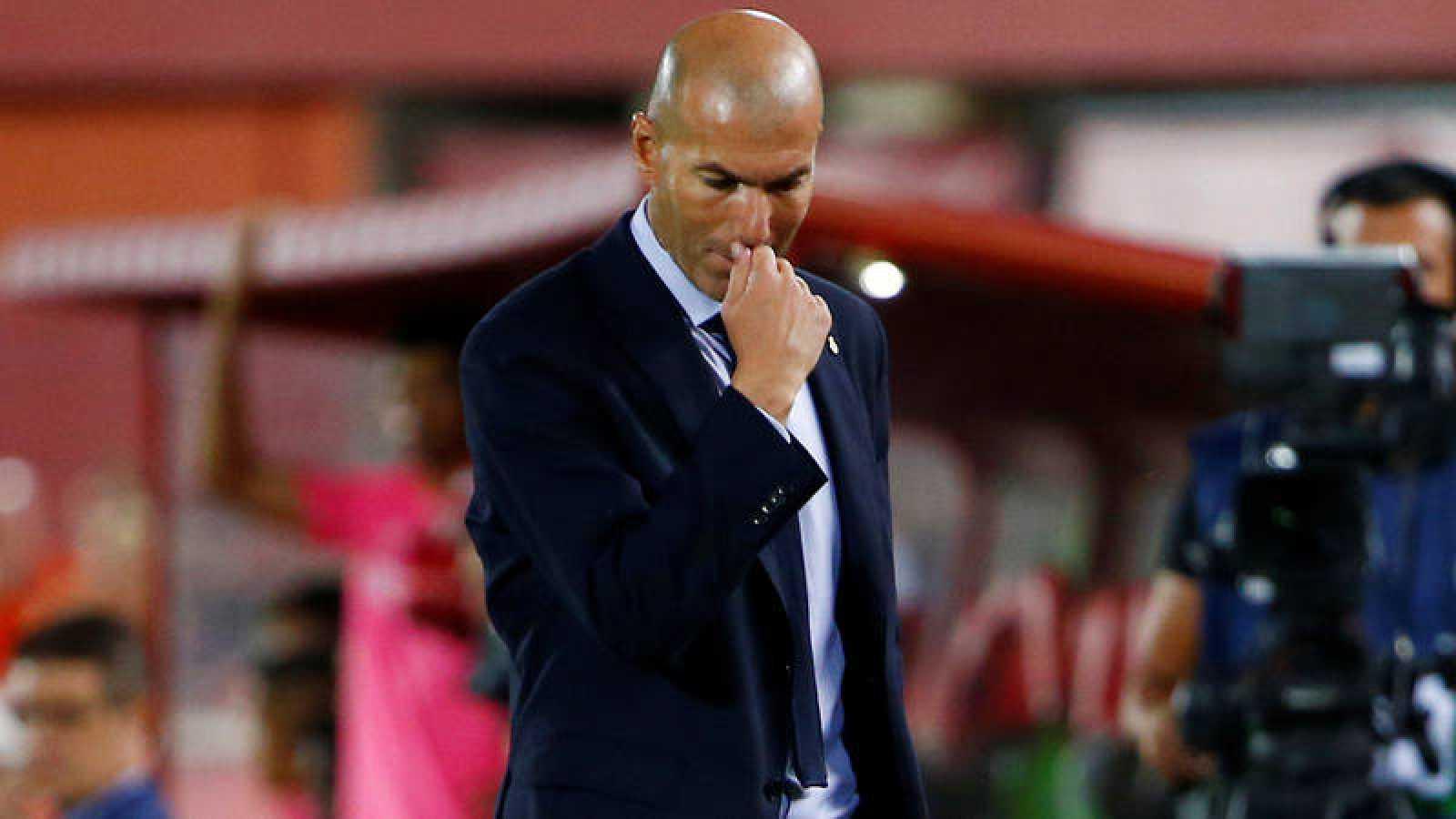 Zinedine Zidane, cabizbajo durante el partido contra el Mallorca, donde el Madrid cayó este sábado.