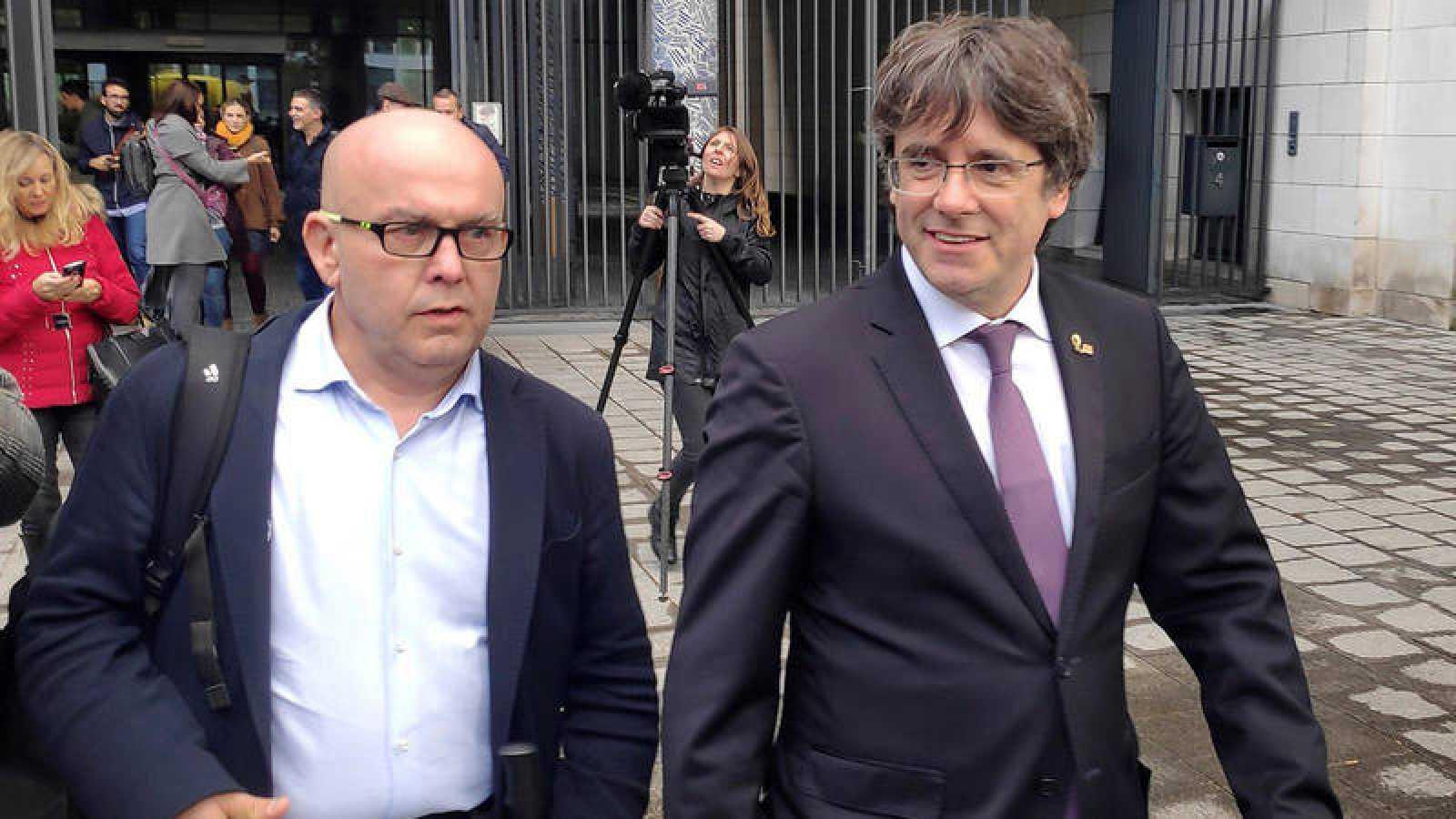 El expresidente de la Generalitat de Cataluña Carles Puigdemontacompañado de su abogado,GonzaloBoye.EFE/ Javier Albisu