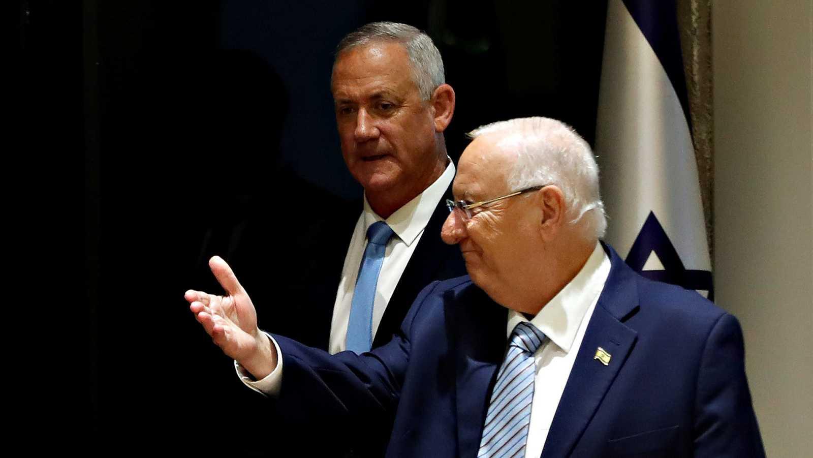 El presidente de Israel, Reuben Rivlin, y, en segundo plano, el nuevo candidato a formar gobierno, Beny Gantz