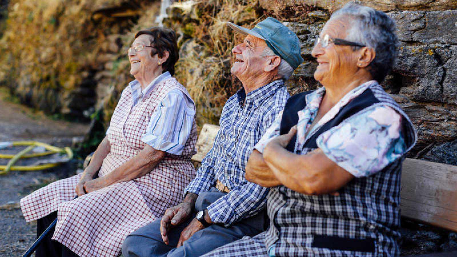 Tres jubilados gallegos en un banco