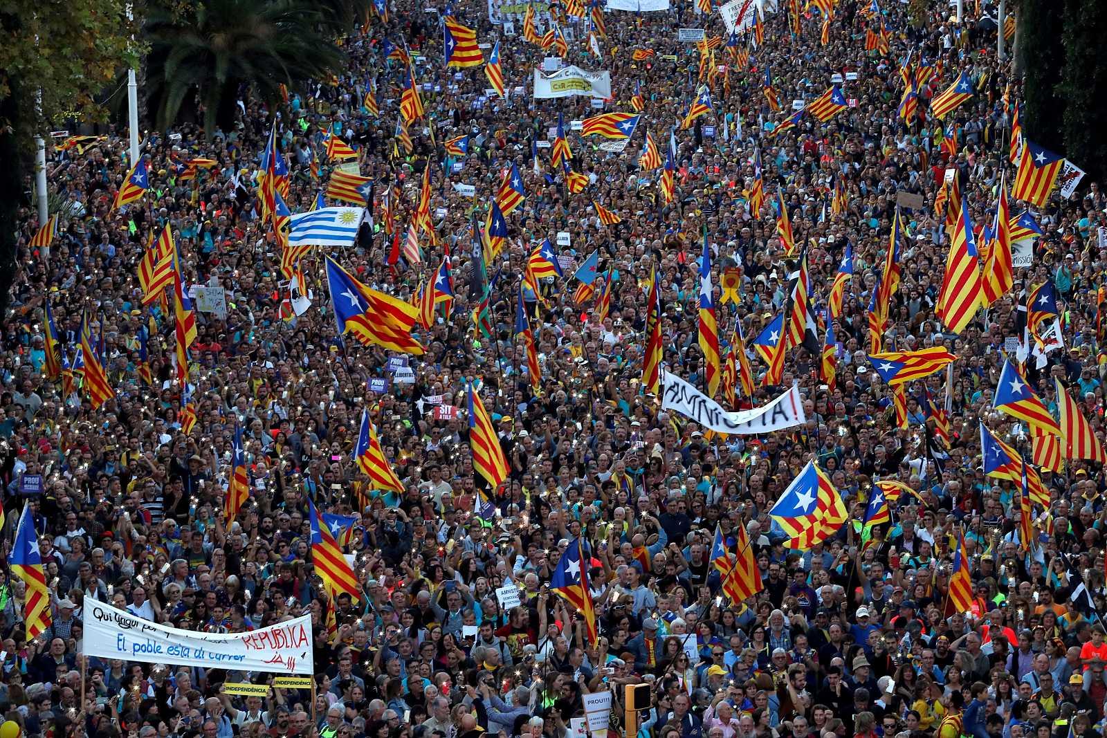 Milers de persones es manifesten durant la tarda de dissabte per rebutjar la sentència del procés