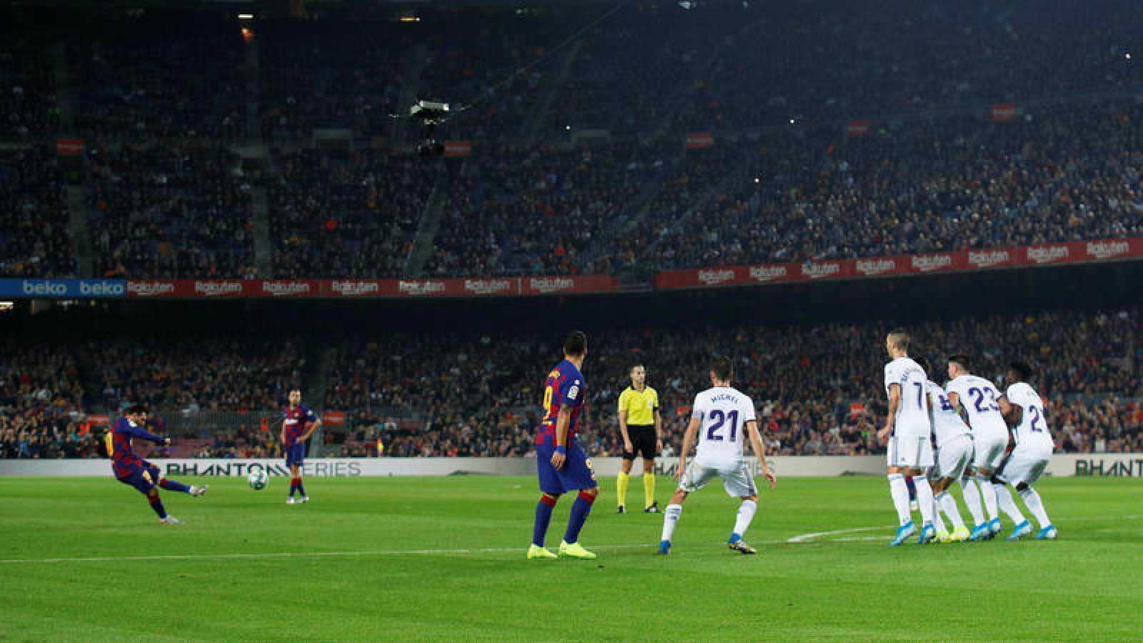 Lanzamiento de falta de Leo Messi para anotar el 2-1 del Barça ante el Valladolid.