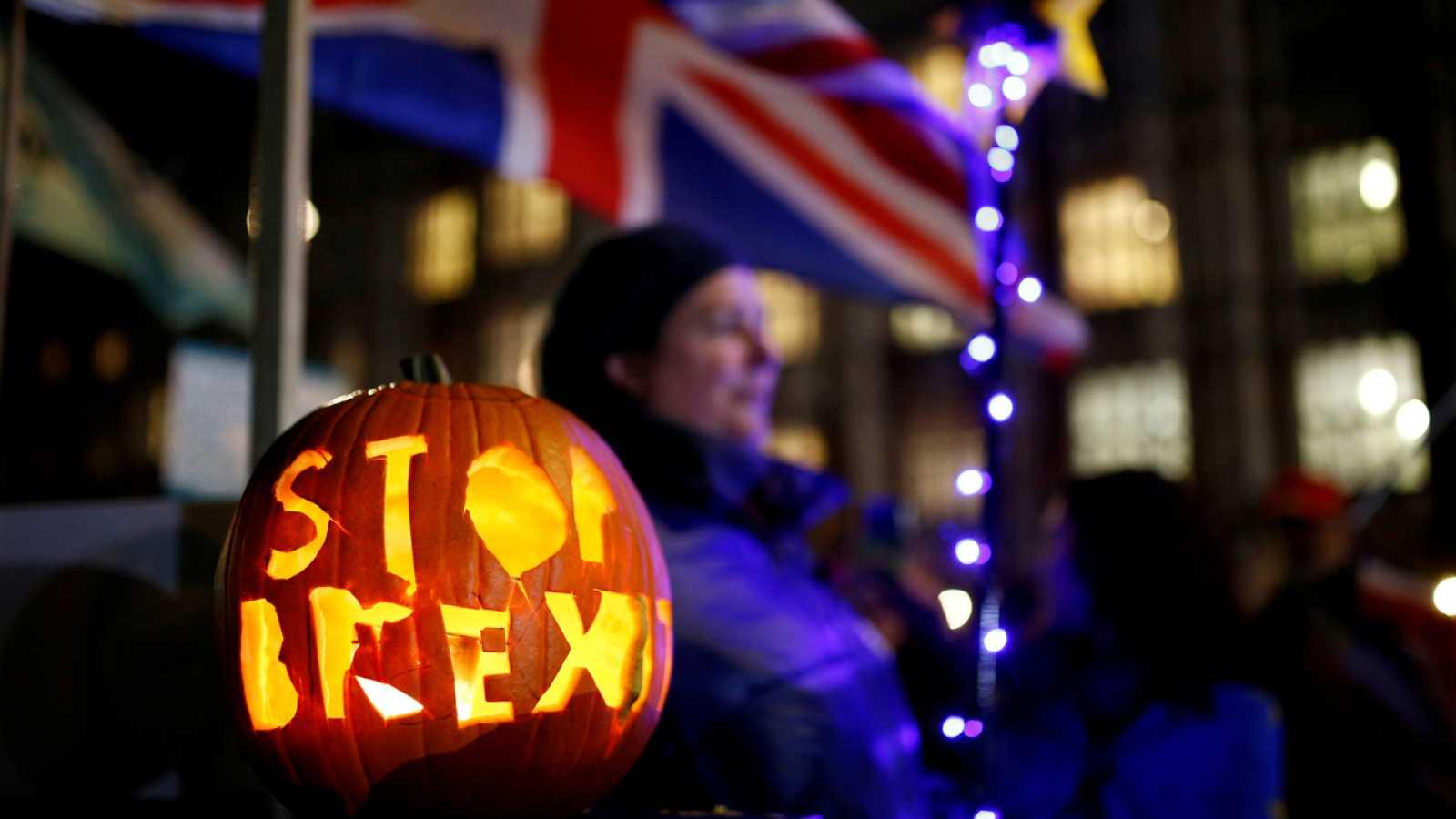 Un manifestante pide detener el 'Brexit' en Halloween, el día previsto para la salida que quedó pospuesto.
