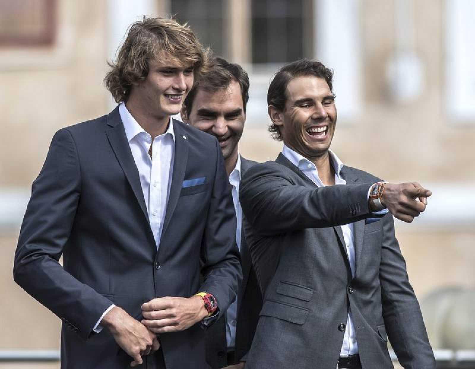 Zverev (izqda) con Nadal y Federer (atrás), el año pasado en Praga