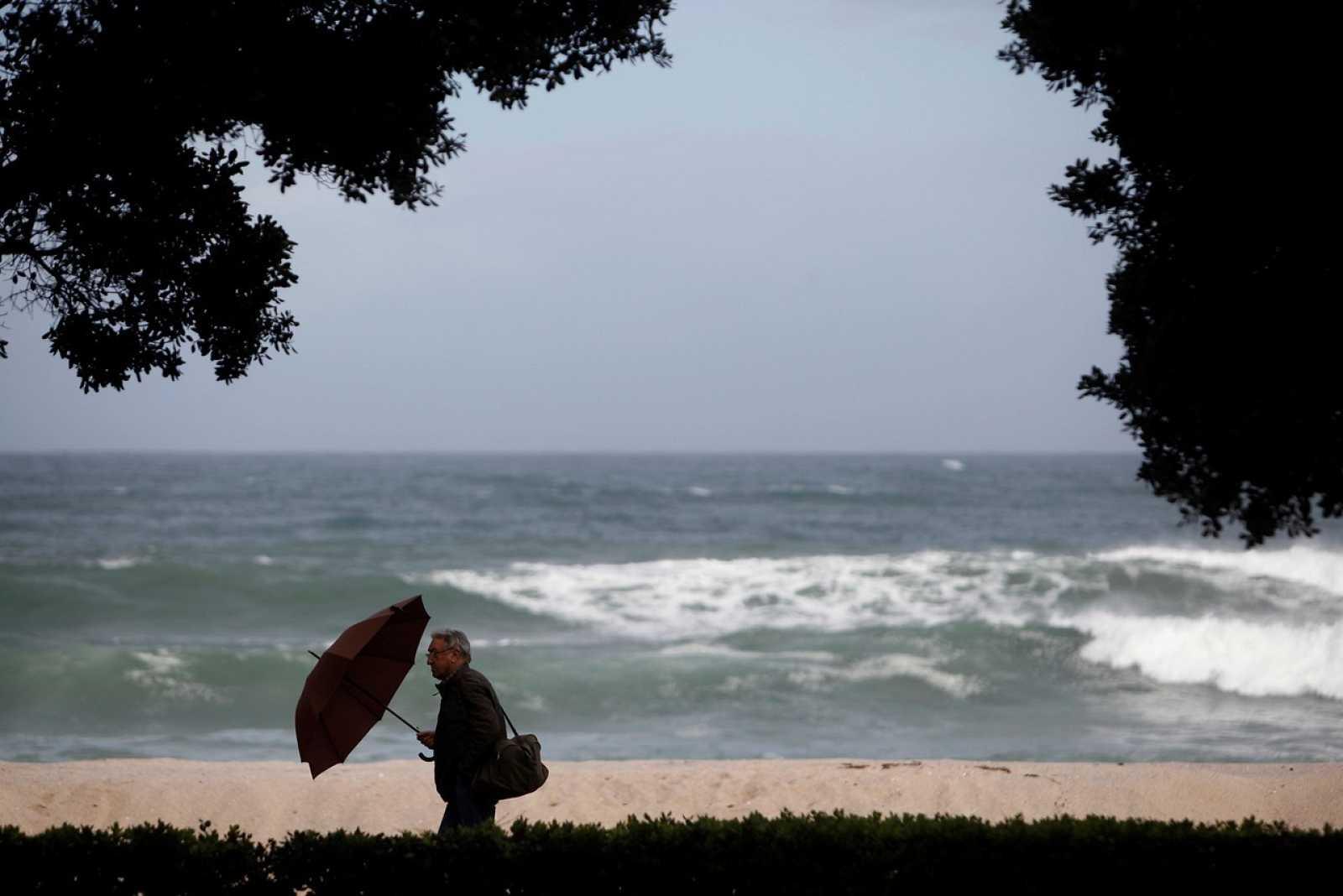 Un hombre camina el pasado lunes por el paseo marítimo de A Coruña
