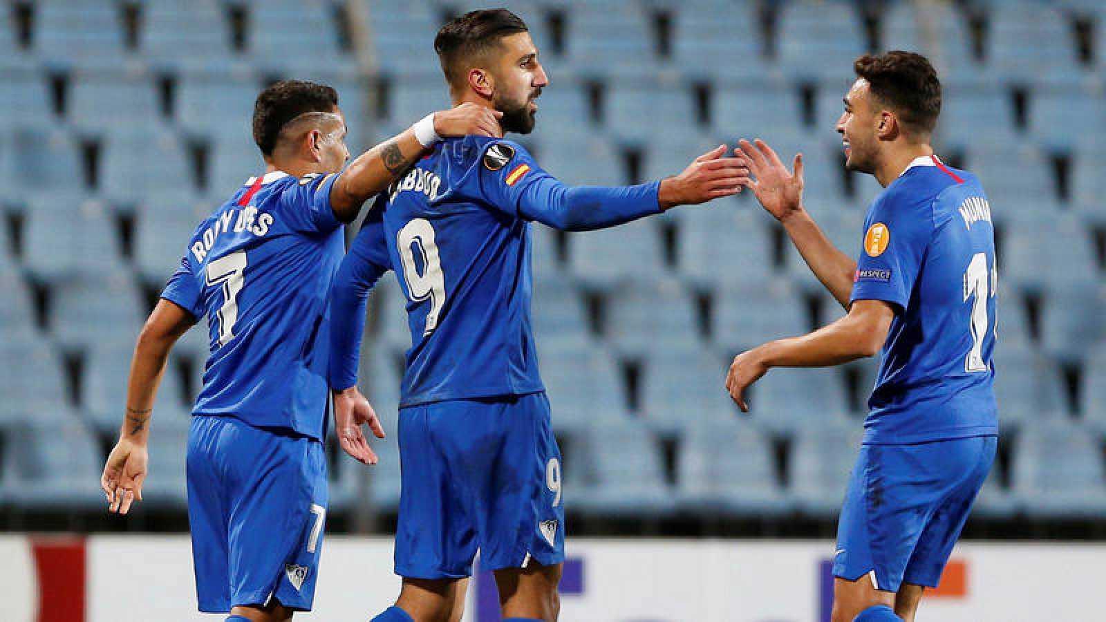 Lopes, Dabbur y Munir, del Sevilla, celebran uno de los goles del segundo al Dudelange.