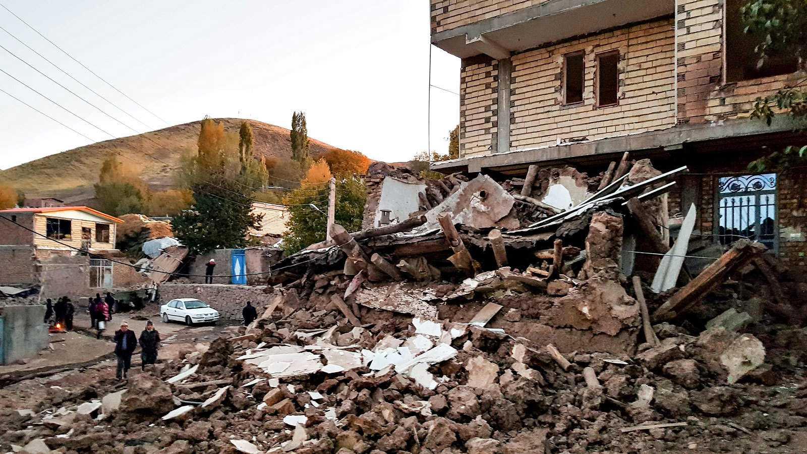 Una casa derruida en Varnakesh, una de las localidades afectadas por el seísmo en el noroeste de Irán