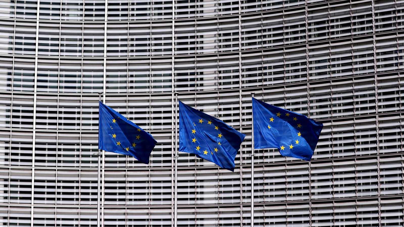 Banderas de la UE ondean fuera de la sede de la Comisión Europea en Bruselas