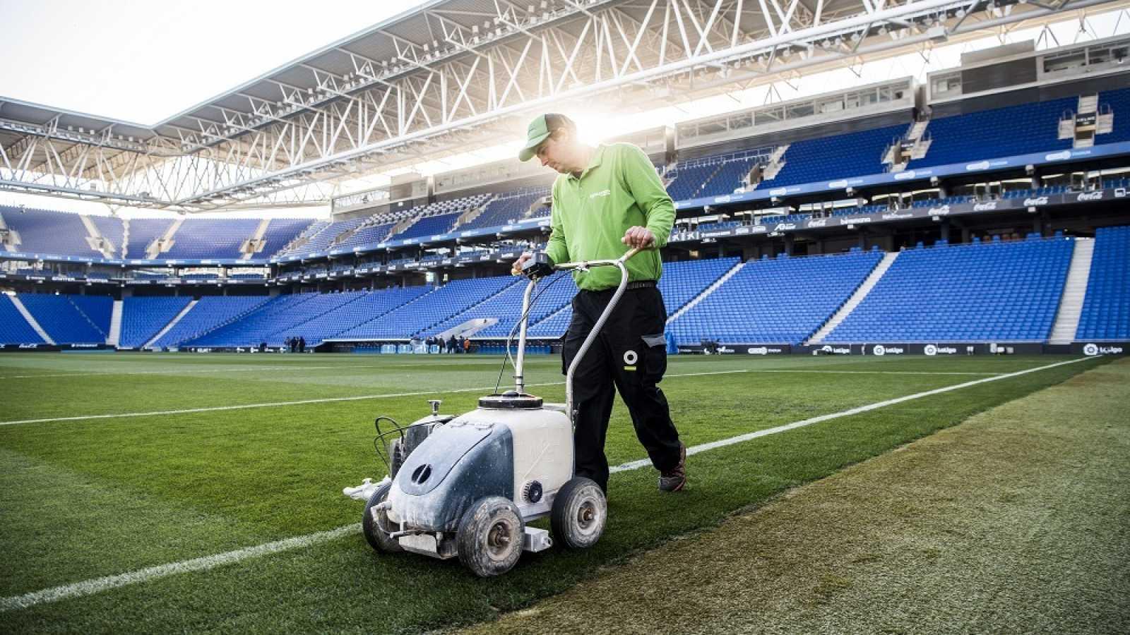 Un home treballant a l'Estadi Cornellà-El Prat a 'Cinc dies a...'