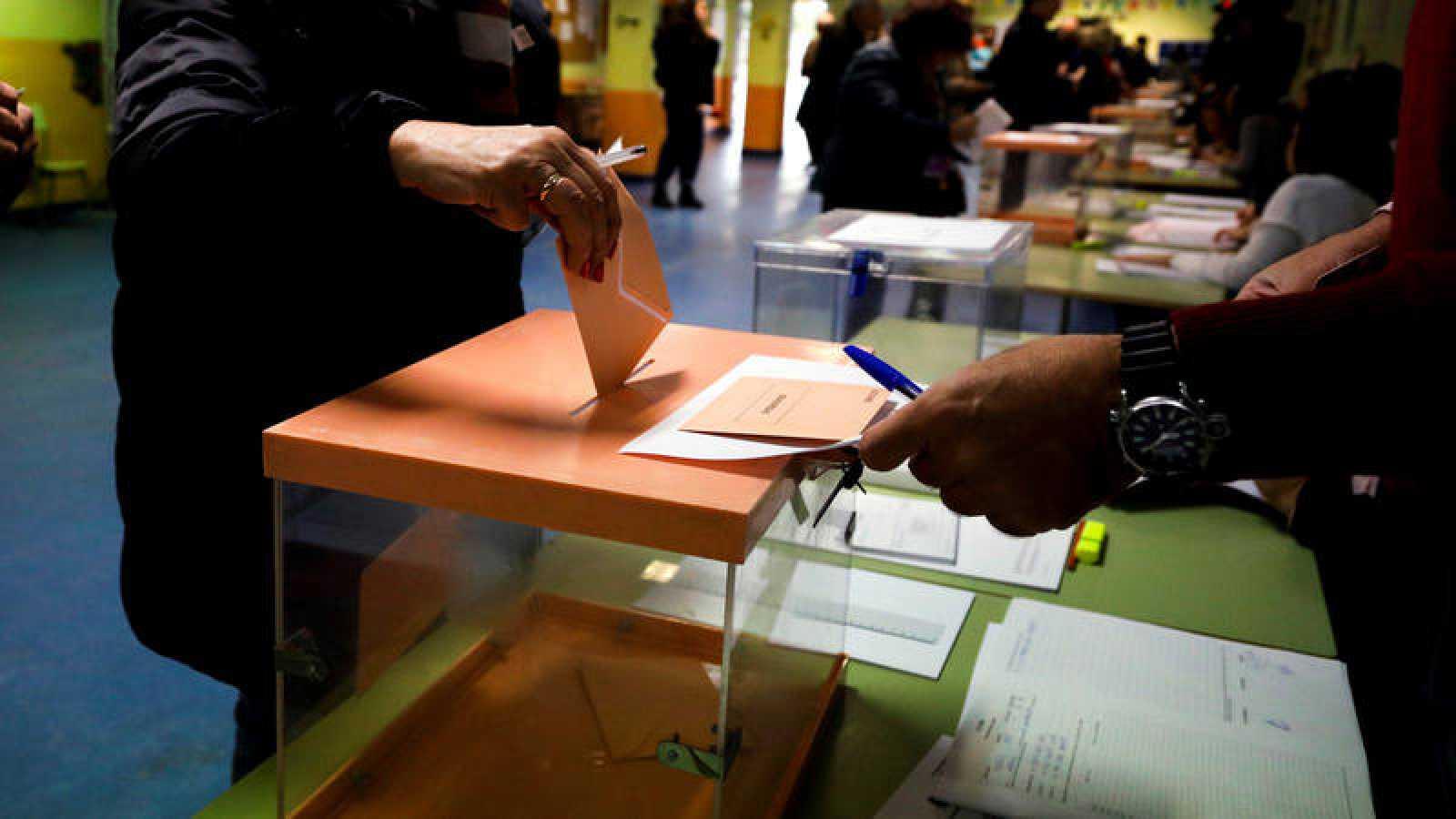 Elecciones generales 10N: Electores depositan su voto en un colegio electoral en Madrid.