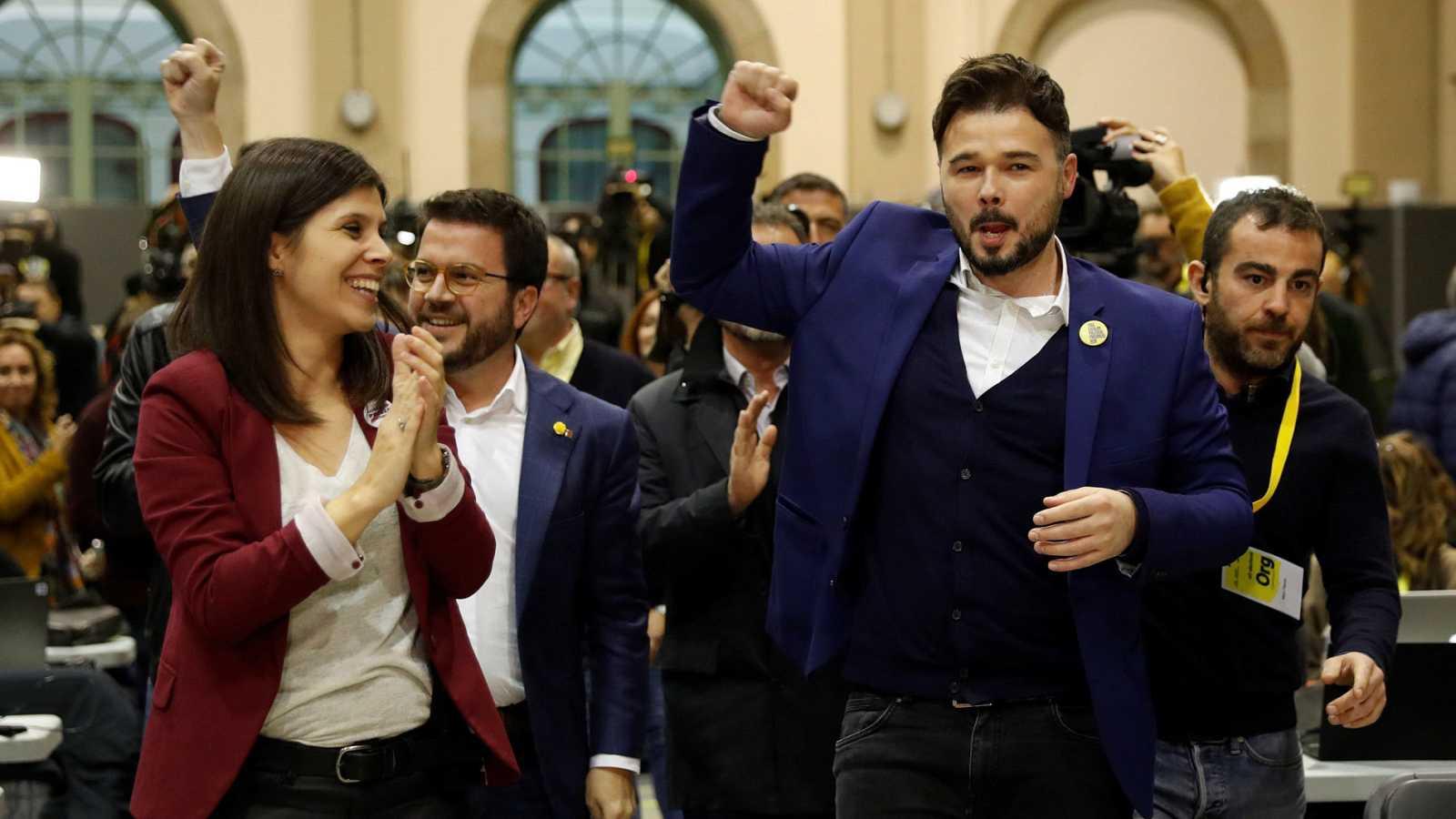 El cabeza de lista al Congreso por ERC, Gabriel Rufián (d) y la portavoz del partido, Marta Villalta