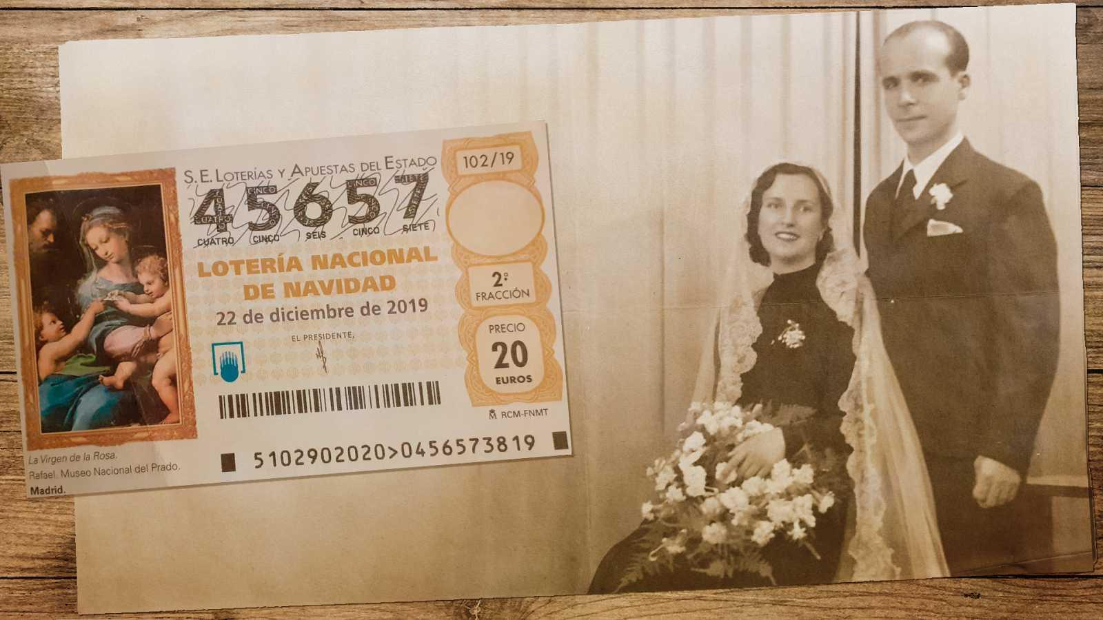 Felisa Alburquerque y Manuel Ruiz el día de su boda, junto al 'cenizo', su número de Lotería