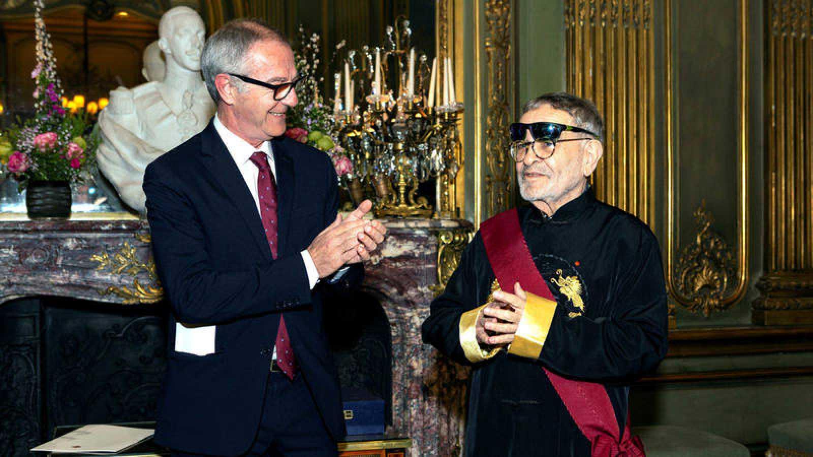 Fernando Arrabal recibe de manos del ministro de Cultura y Deportes en funciones, José Guirao, la Gran Cruz de Alfonso X el Sabio