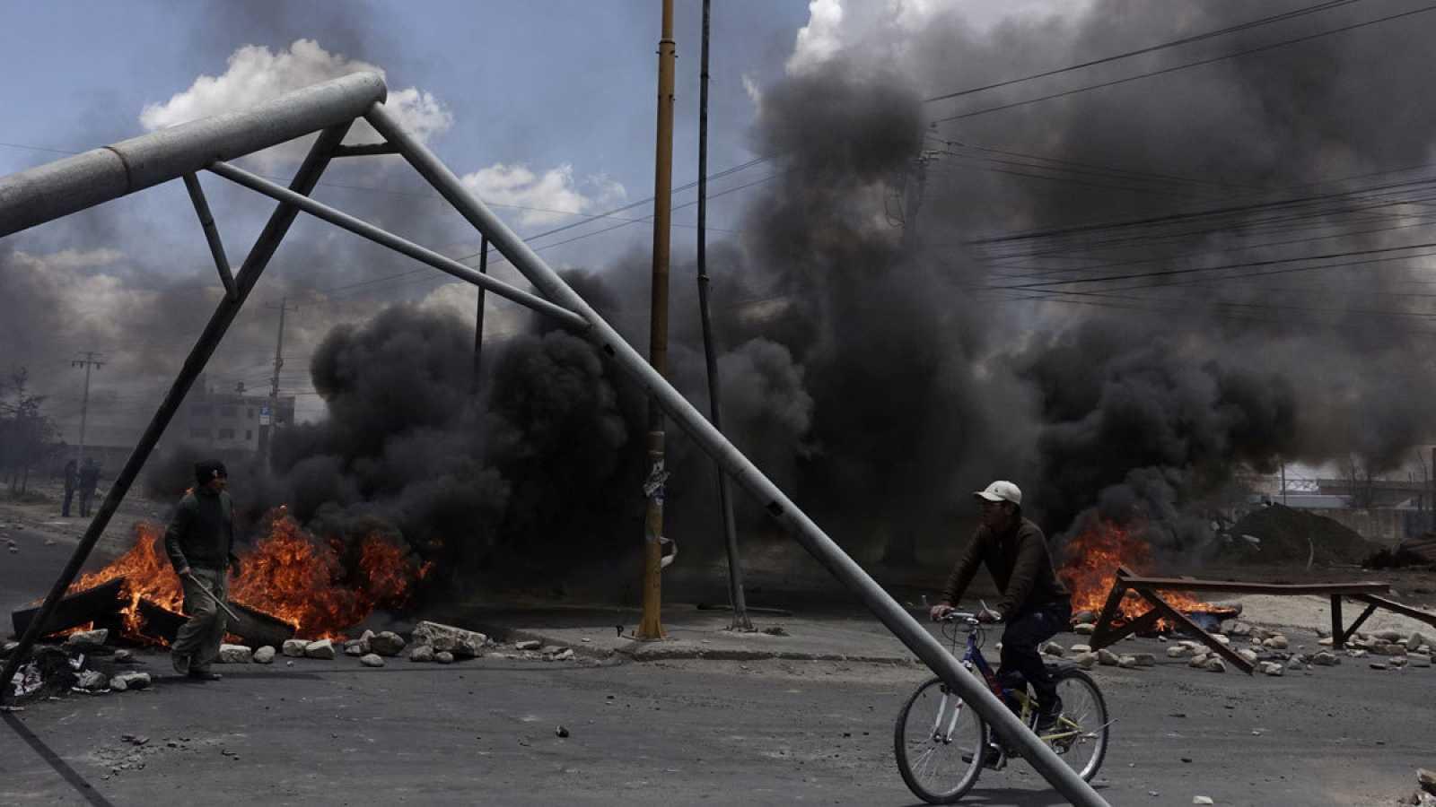 Un ciclista circula en las proximidades de la refinería de El Alto