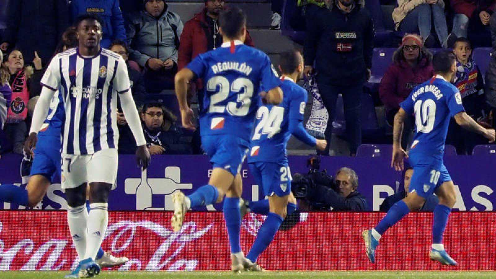 Los jugadores del Sevilla celebran el gol de Banega.