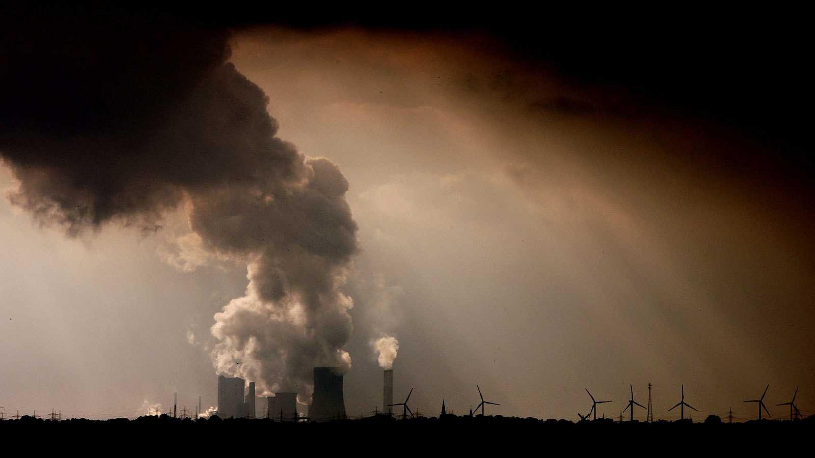 Una planta industrial en Alemania emite gases a la atmósfera