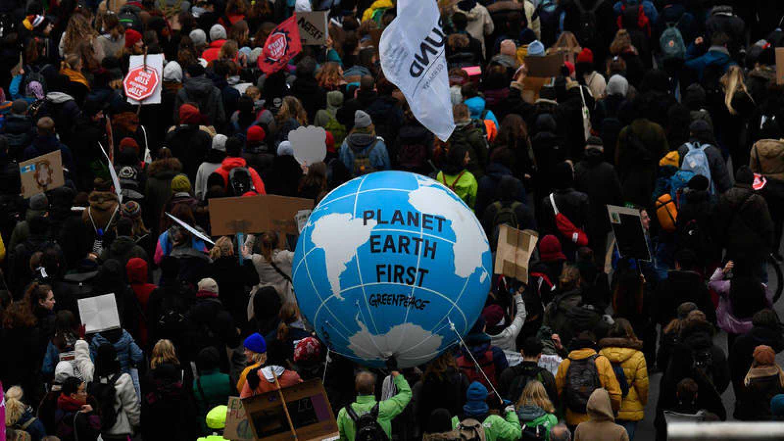 Manifestantes en Berlín en una protesta convocada este viernes por el movimiento Fridays For Future.