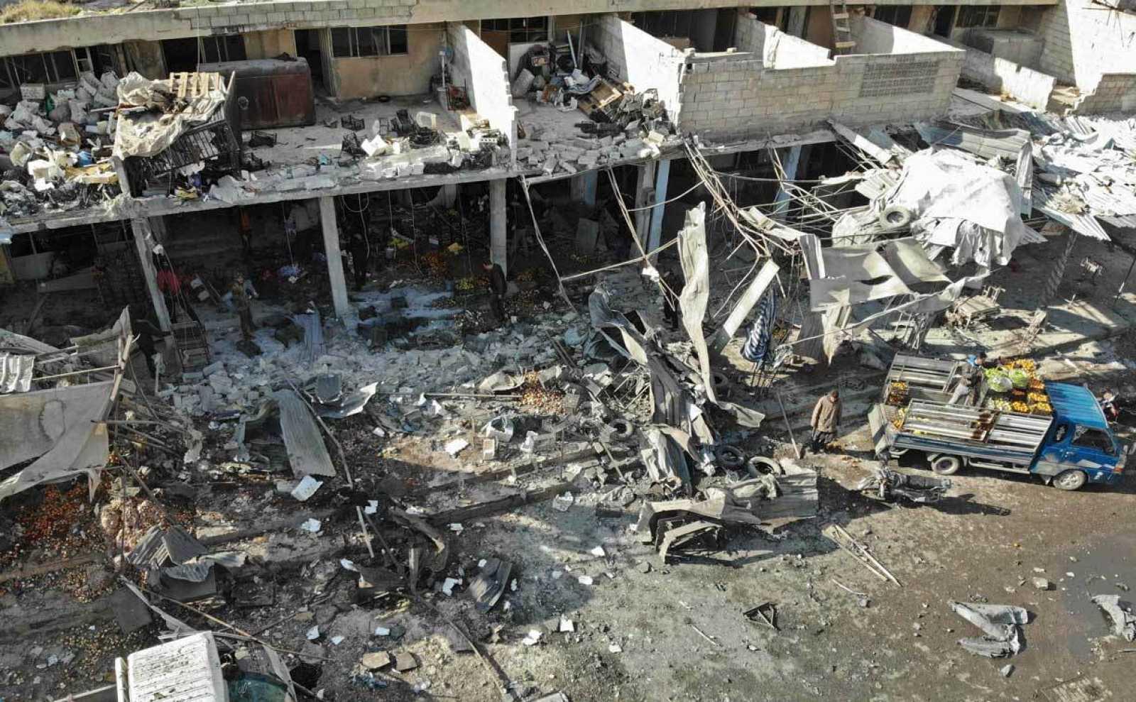 vista aérea del mercado de Maaret al-Numan en la provincia siria de Idlib, tras el ataque aéreo del ejército sirio.