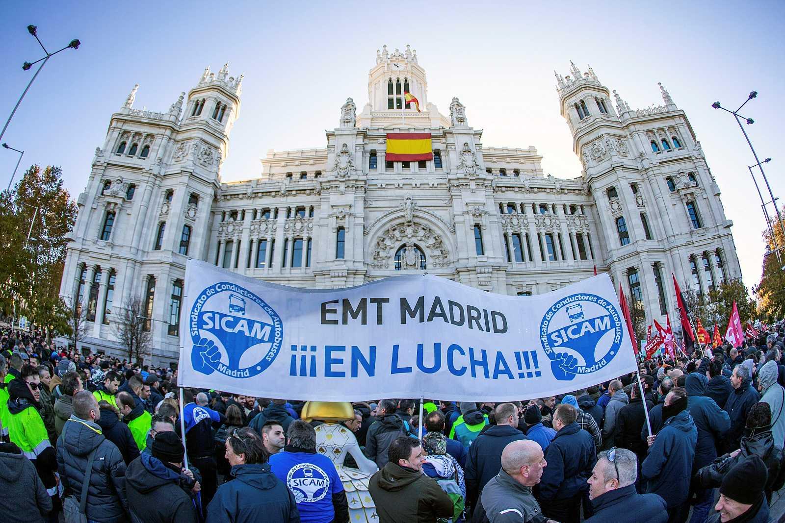 Vista de la concentración de empleados de la EMT delante del Ayuntamiento de Madrid, durante la jornada de huelga de 24 horas convocada para este martes