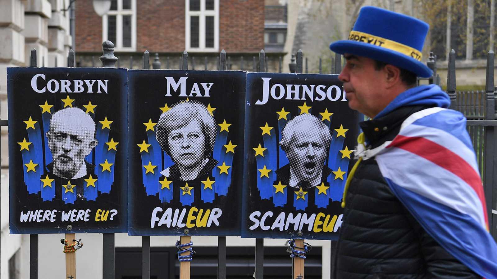 El señor 'Stop Brexit' pasea ante carteles contra Corbyn, May y Johnson en Londres