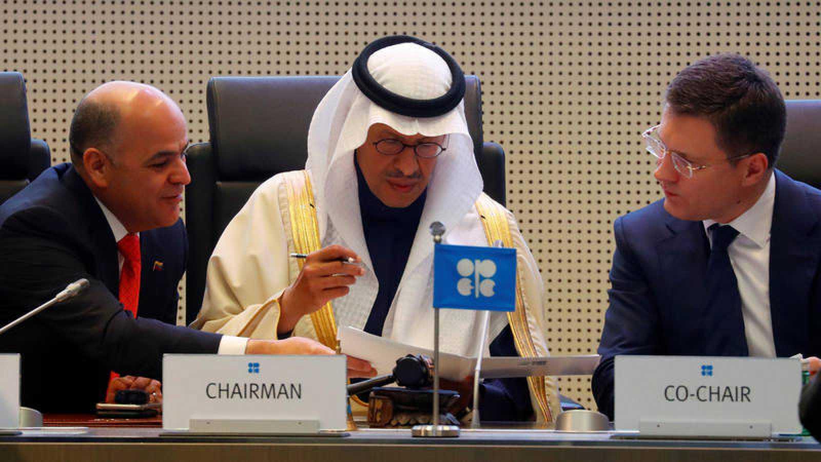 El ministro de petróleo de Venezuela,Manuel Quevedo, eministro de Energía de Arabia Saudí, el príncipe Abdelaziz bin Salman, y el ministro de Energía de Rusia, Alexandr Novak