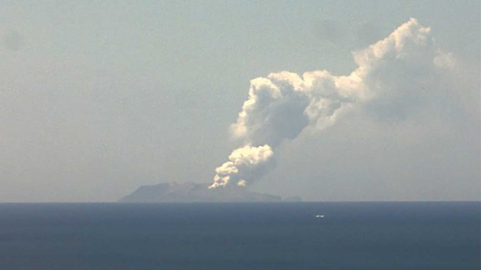 En las imágenes se aprecia la enorme columna de humo que sale desde la caldera, que según los expertos alcanzó los 3.000 metros de altura