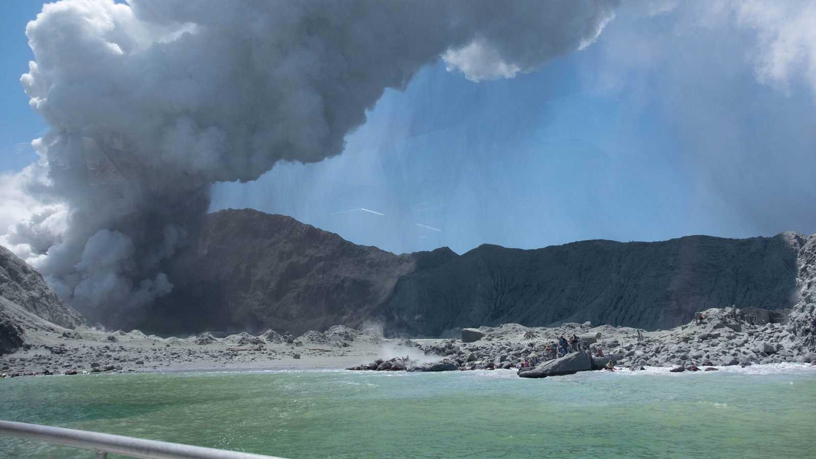 El volcán Whakaari, en Nueva Zelanda, minutos después de entrar en erupción