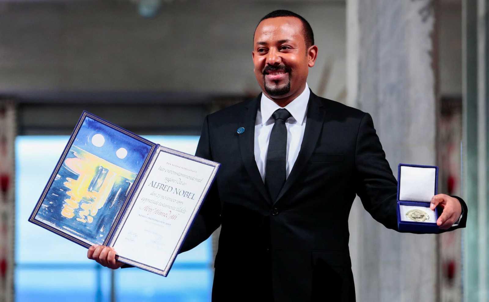 Abiy Ahmed muestra la medalla y el diploma que le acreditan como el Premio Nobel de la Paz 2019.