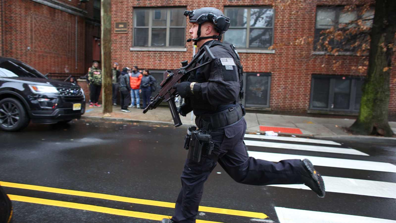 Un policía llega a donde se ha producido el tiroteo en Nueva Jersey, en Estados Unidos