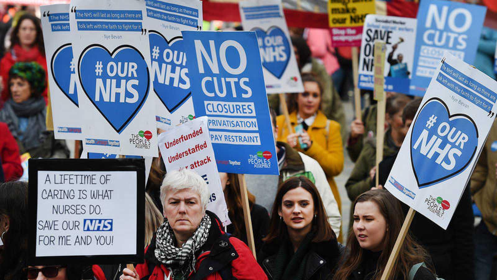 Manifestación contra la crisis del Servicio Nacional de Salud frente al Parlamento británico en 2017