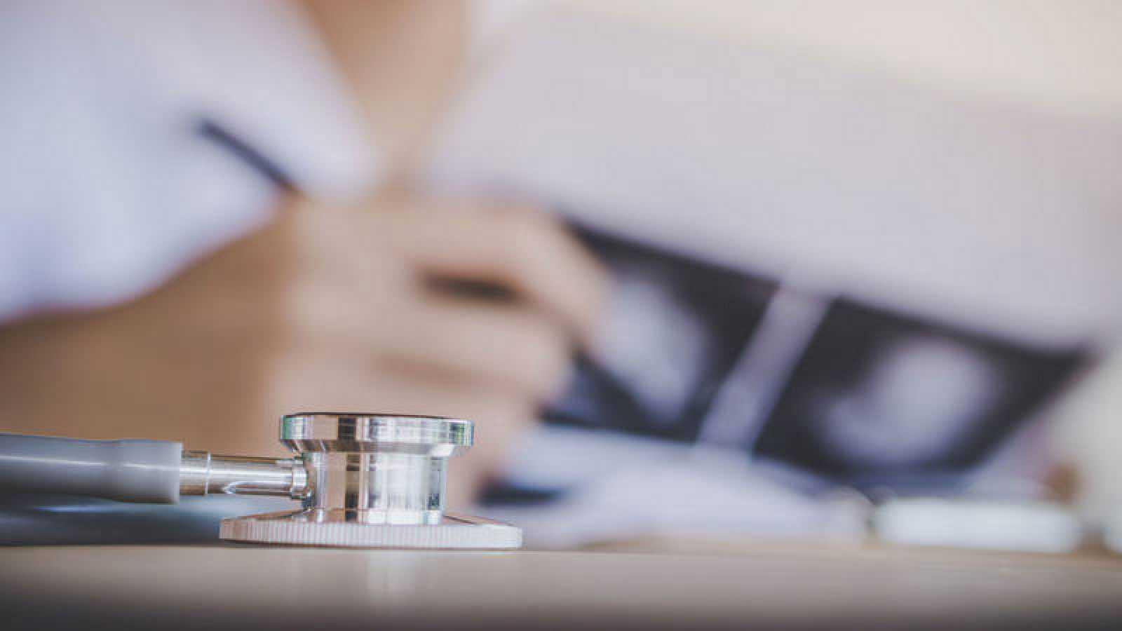 Un facultativo analiza los resultados de una mamografía