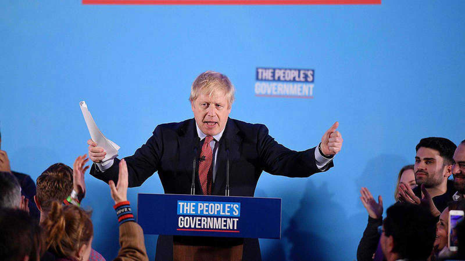 El líder conservador Boris Johnson habla en la sede de su partido tras obtener la mayoría absoluta en las elecciones (Foto: DANIEL LEAL-OLIVAS / AFP)