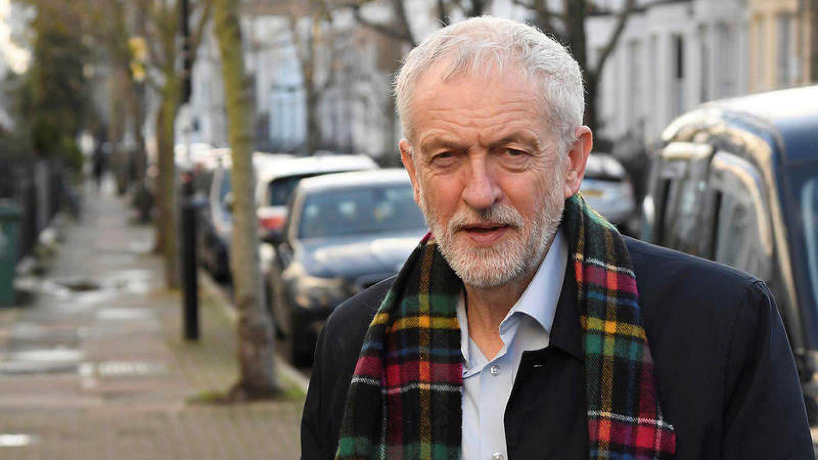 Jeremy Corbyn, este sábado a las puertas de su residencia en Islington