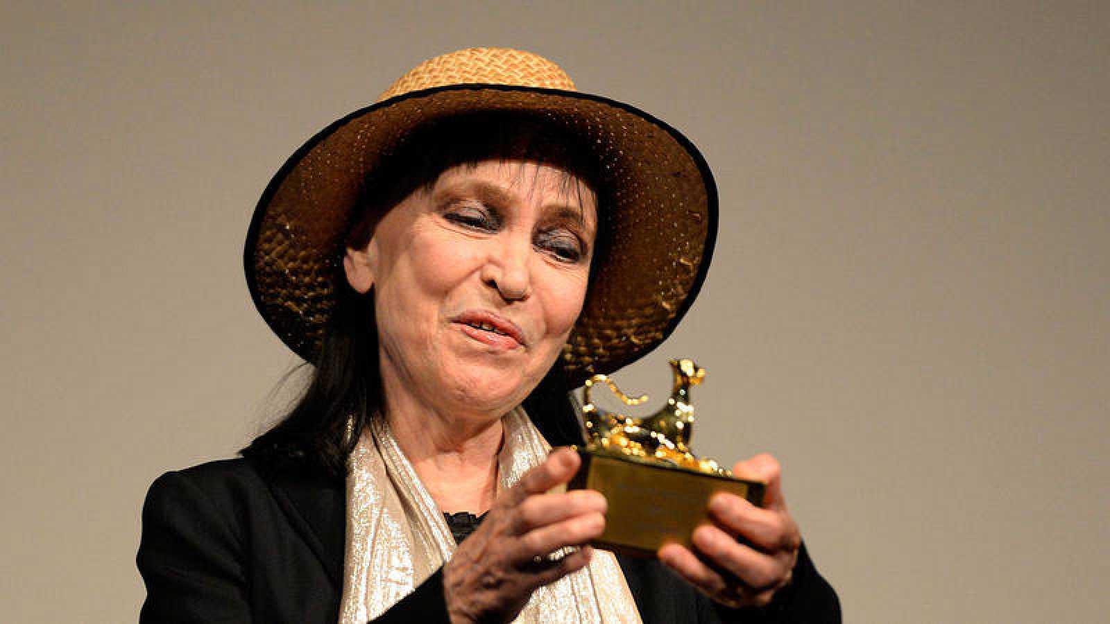 La actriz francesa Anna Karina recibe un premio en el Festival de Cine de Locarno (Suiza) en una imagen de 2013.