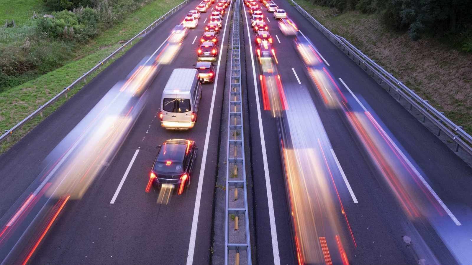 Varios vehículos se amontonan en la carretera