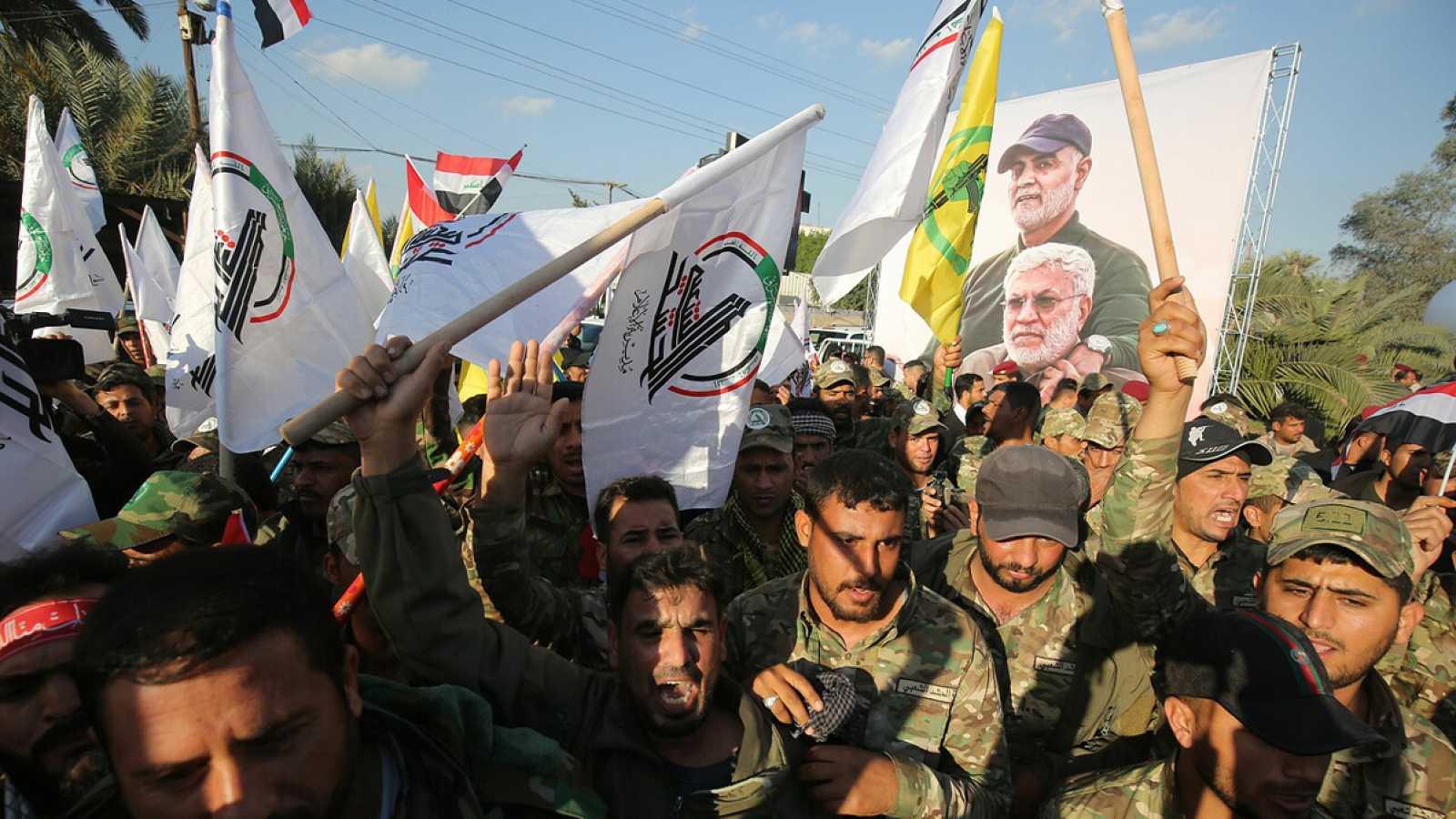 Miembros de la milicia paralimitar Hashid al Shaabi cantan lemas contra EE.UU. tras el asesinato de Qasem Soleimani, en Bagdad. Foto: AHMAD AL-RUBAYE / AFP