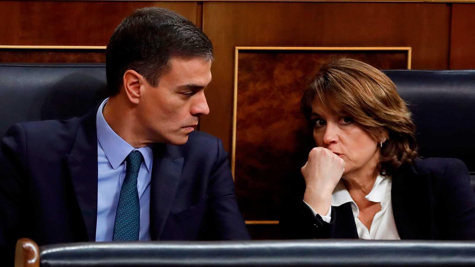 El presidente del Gobierno, Pedro Sánchez, conversa con la exministra de Justicia, Dolores Delgado, en una imagen de archivo