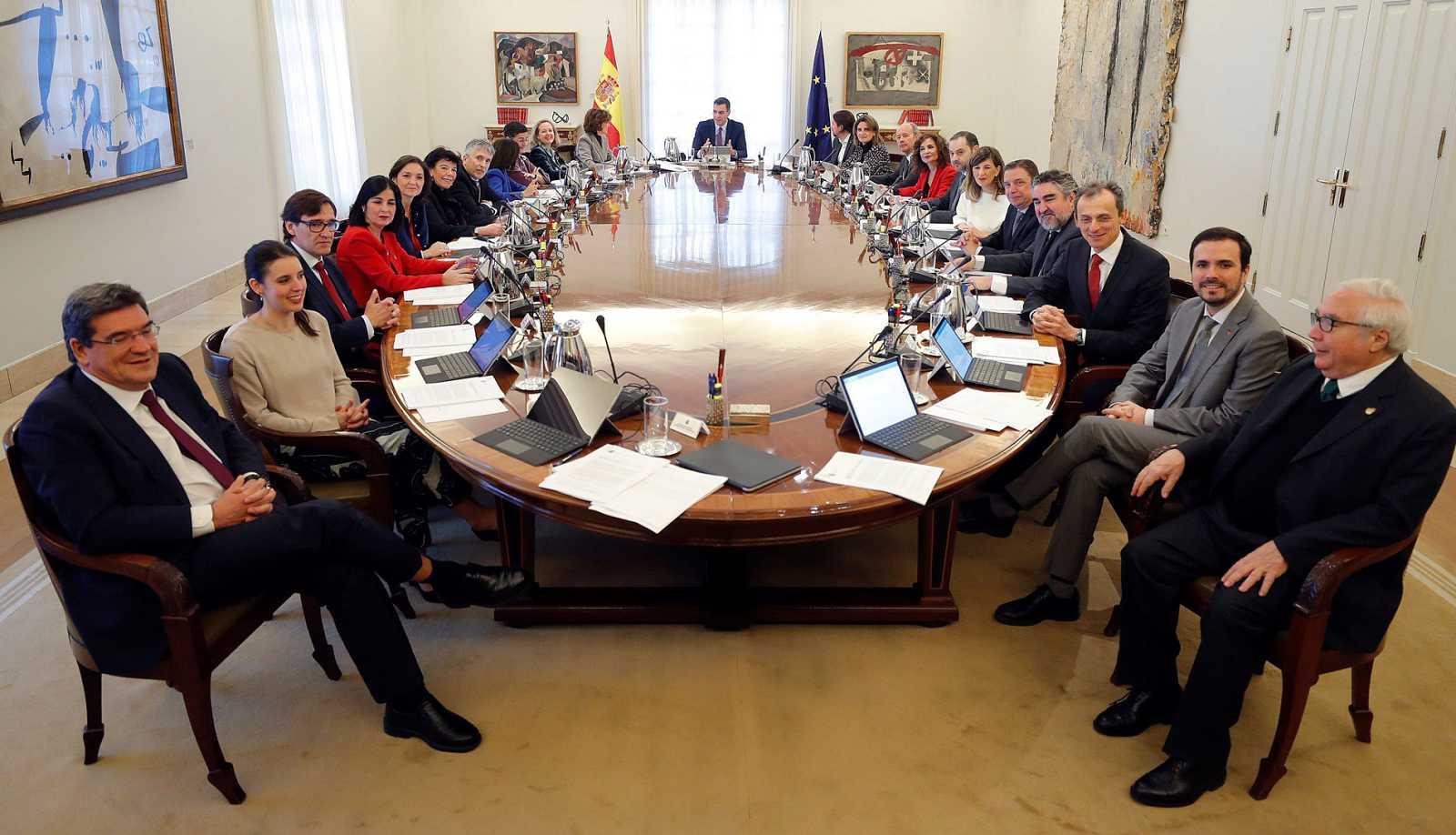 Los miembros del Ejecutivo alrededor de la mesa del Consejo de Ministros.