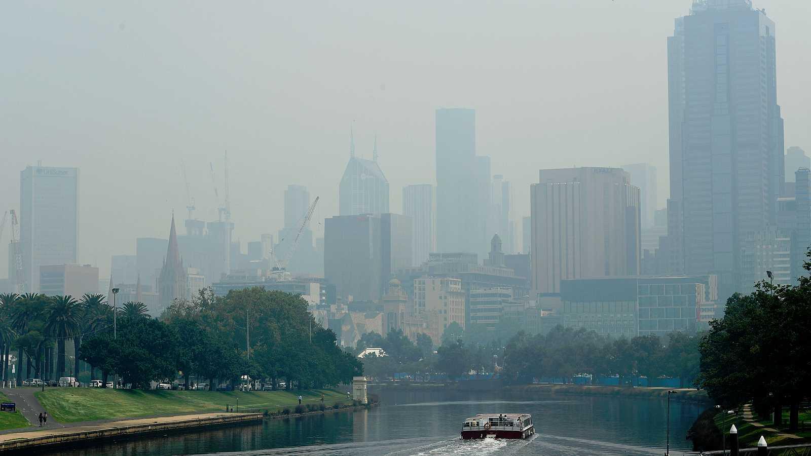 La ciudad australiana de Melbourne aparece estos días cubierta por una espesa cortina de humo.