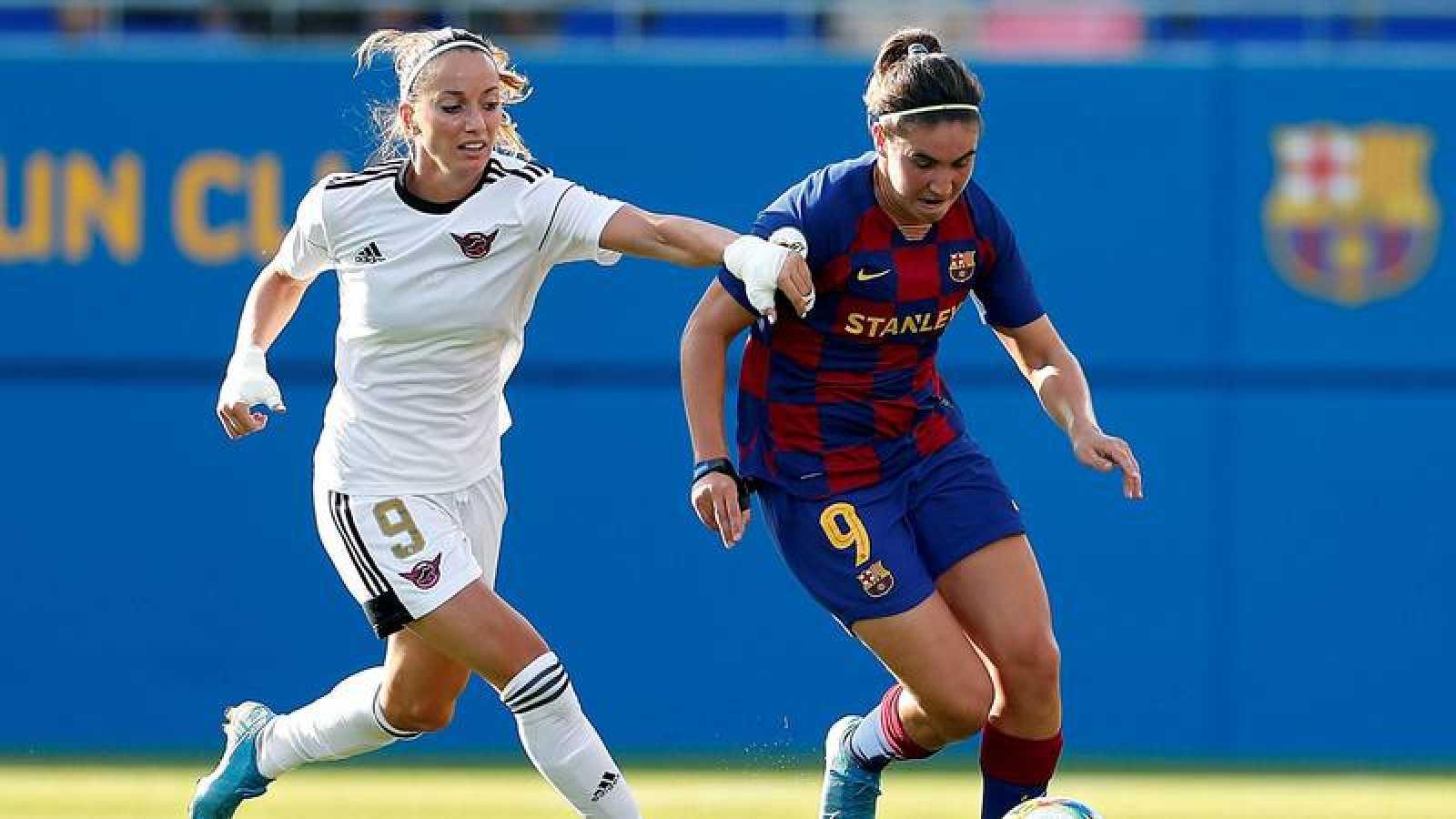 La delantera del FC Barcelona, Mariona Caldentei (d), conduce el balón ante la jugadora sueca del CD Tacón, Kosovare Asllan.