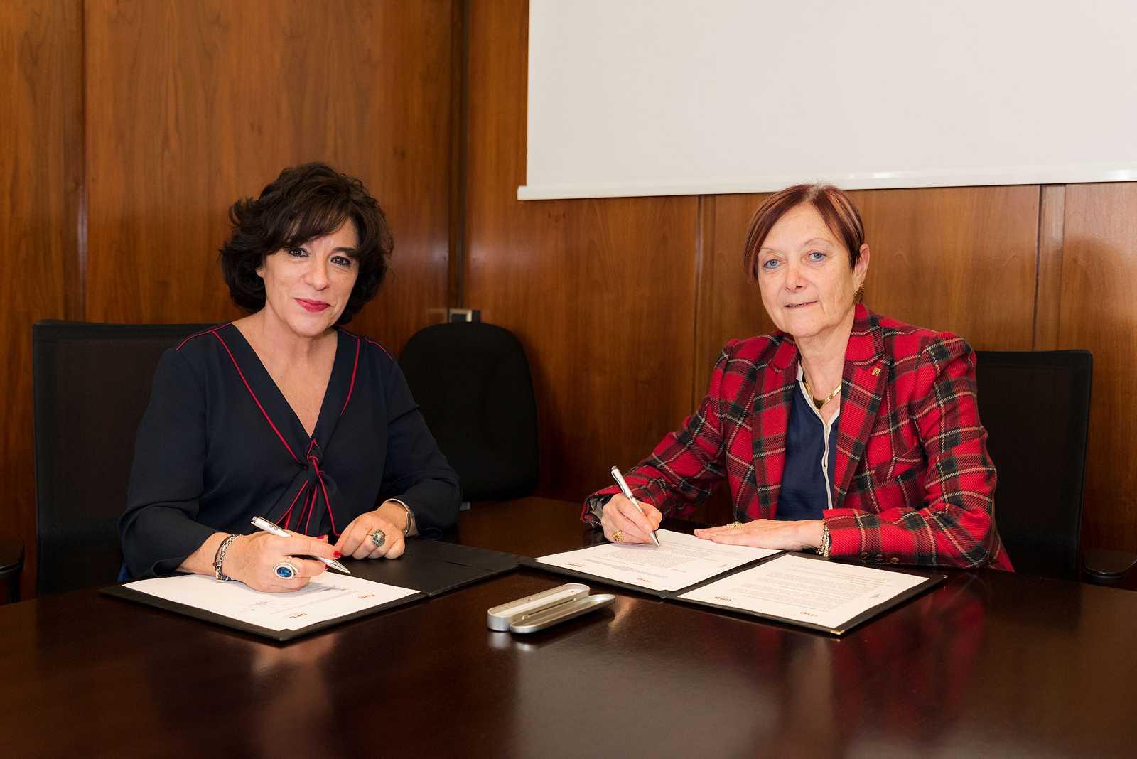 Paloma Zuriaga i Margarita Arboix signen el conveni al despatx de la rectora de la UAB