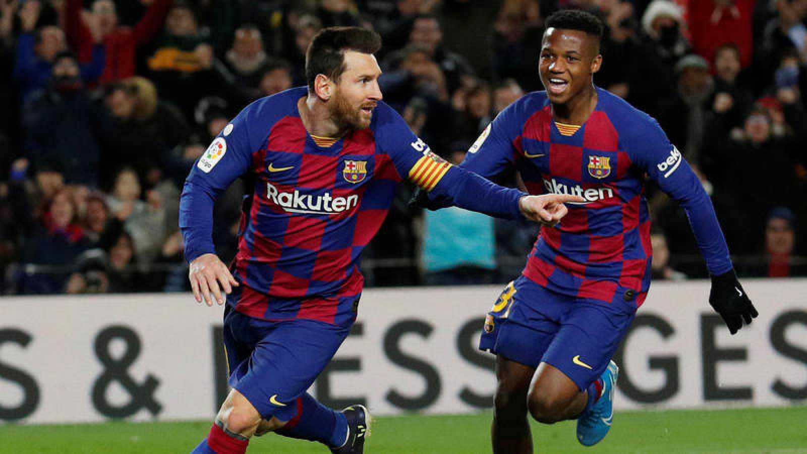 Leo Messi celebra el 1-0 al Granada con Ansu Fati al fondo.