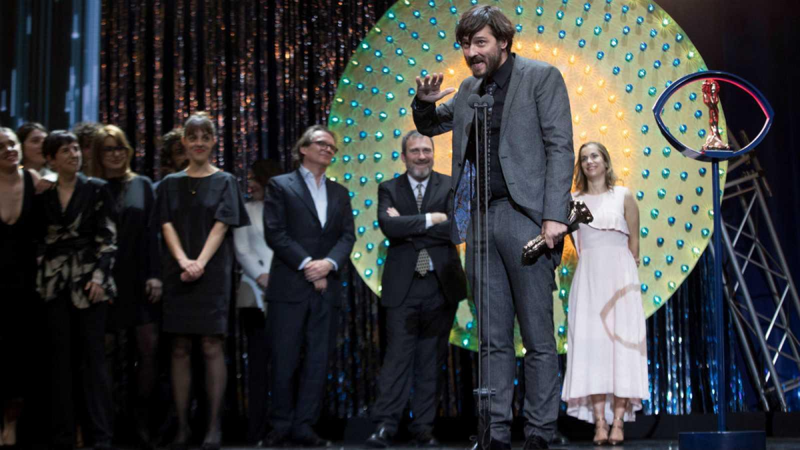 El director Carlos Marqués-Marcet recibe el Premio Gaudí a la mejor película por 'Els dies que vindran', durante la entrega de los XII Premios Gaudí que concede la Academia del Cine Catalán, en Barcelona.