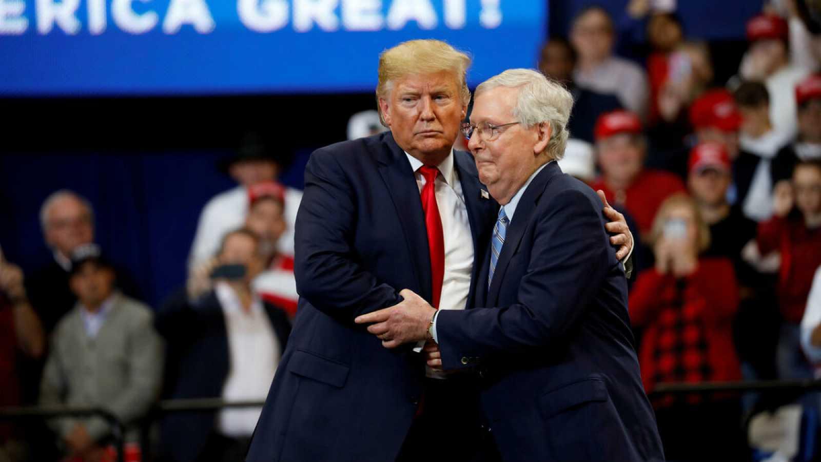 El senador Mitch McConnell abraza al presidente de Estados Unidos, Donald Trump, en un evento en Lexington, Kentucky.