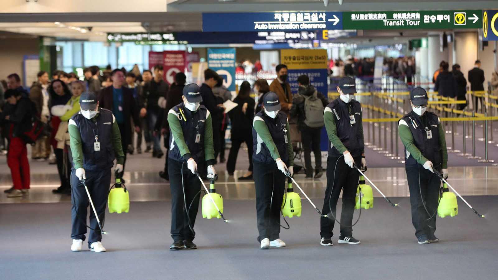 Un grupo de trabajadores durante las tareas de desinfección en el aeropuertp de Incheon, Corea del Sur